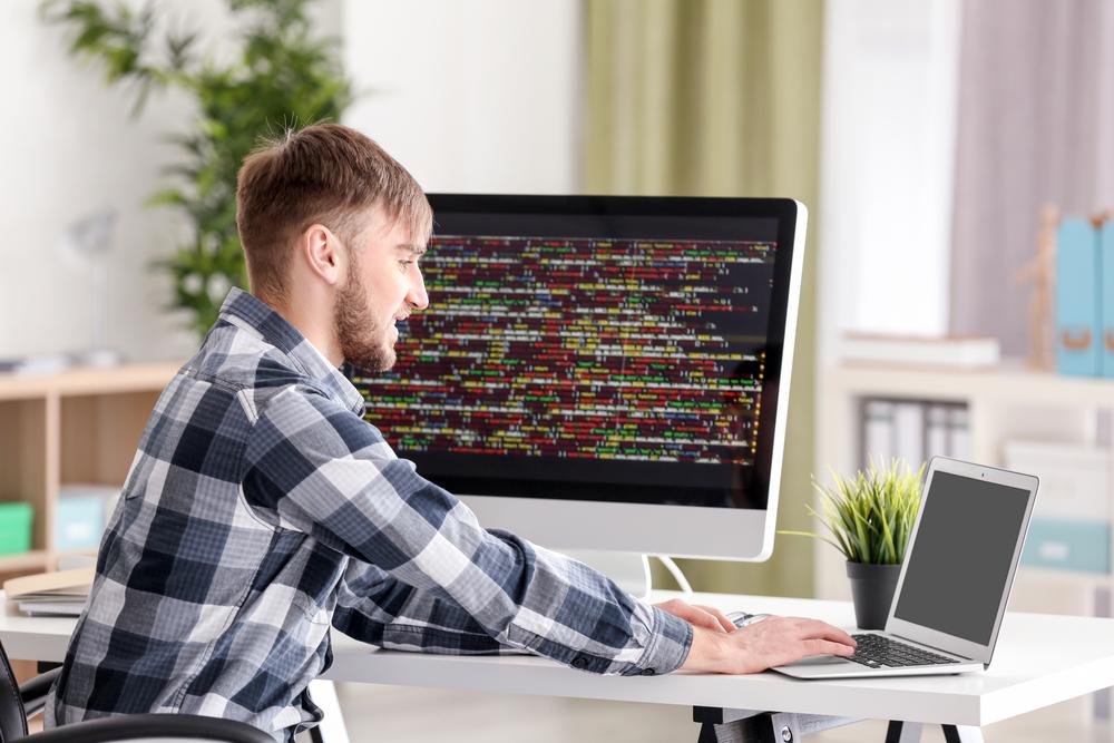 Kariera w IT: Dlaczego warto szukać pracy w okresie wakacji studenckich?