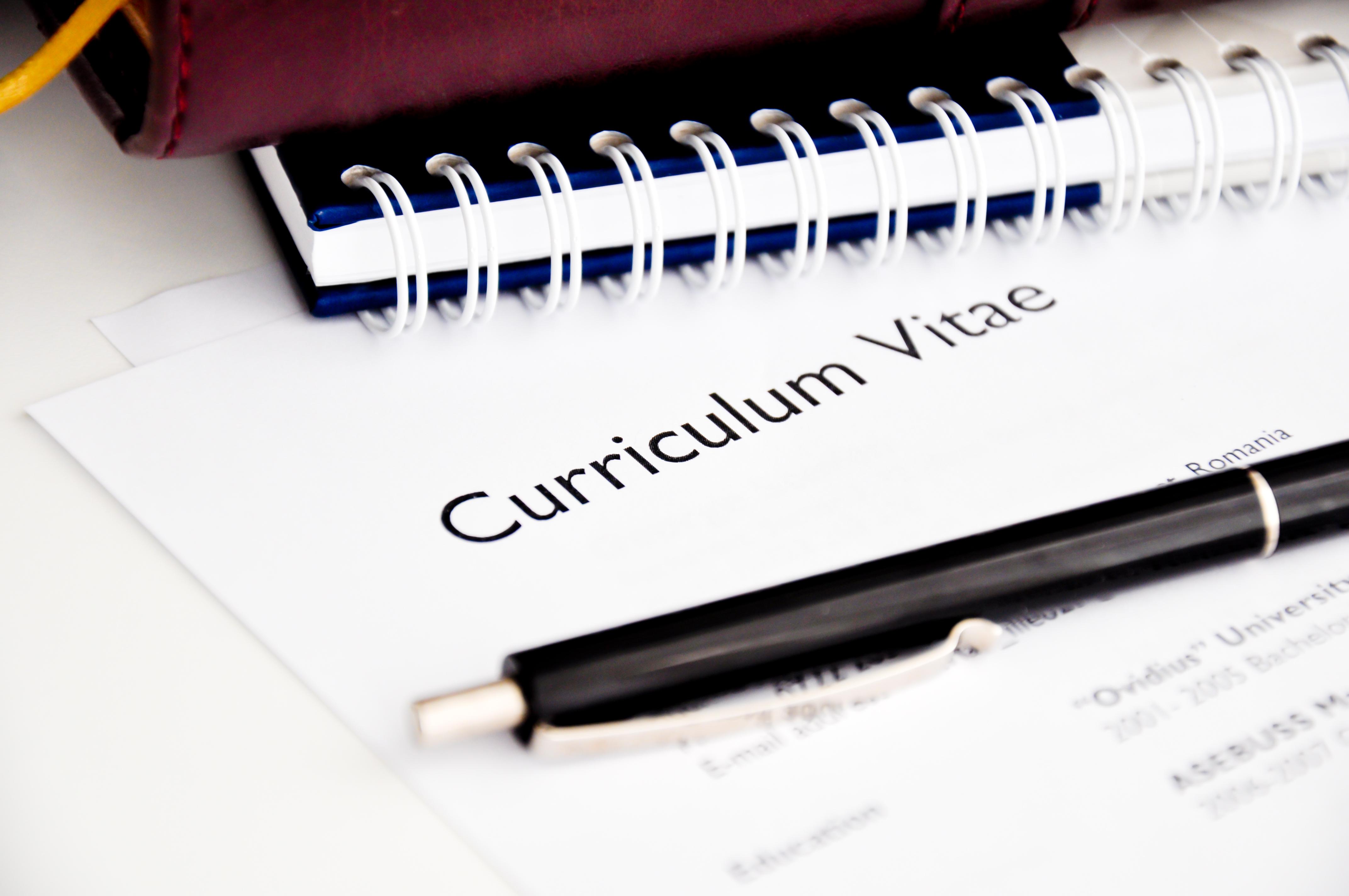 Jak napisać swoje pierwsze CV – cvhero.com zdradza najlepsze wskazówki i triki